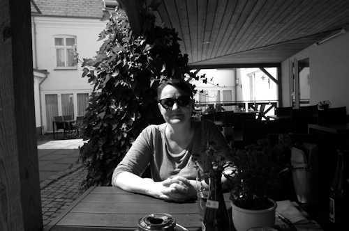 Artikkelforfatteren tatt på fersken i bakgården – Foto: Gaute Nordvik