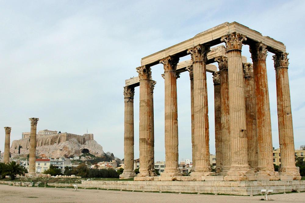 Athen: Restene av Zevs-tempelet med Akropolis bak til venstre - Foto: Gaute Nordvik