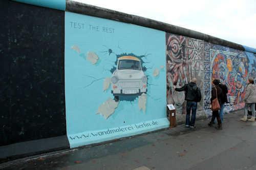 Trabant på vei igjennom muren. - Foto: Gaute Nordvik