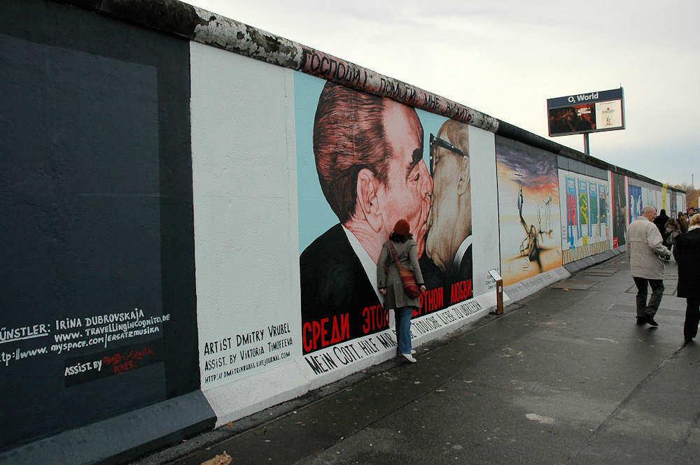 Det berømte kysset mellom Leonid Brezhnev og Erich Honecker. - Foto: Gaute Nordvik