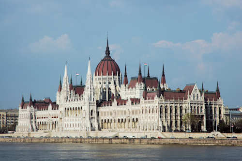 Parlamentsbygningen ligger vakkert til langs Donau i Budapest — Foto: Gaute Nordvik