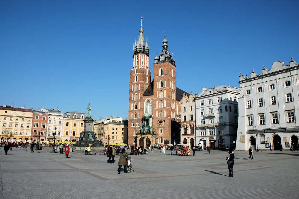 Hestedrosjer foran Mariakirken ved markedsplassen i Kraków - Foto: Gaute Nordvik