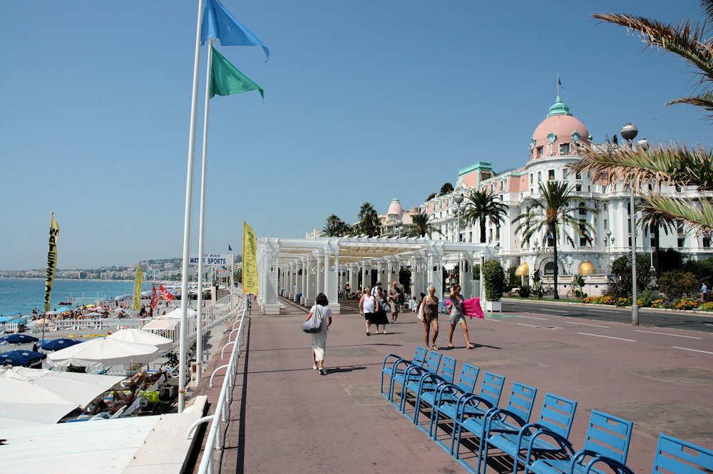 Promenade des Anglais med det ærverdige Hotel Negresco til høyre — Foto: Gaute Nordvik