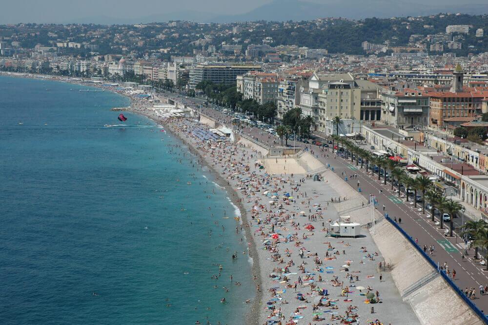 Oversiktsbilde over Nice med stranden og Promenade des Anglais – Foto: Gaute Nordvik
