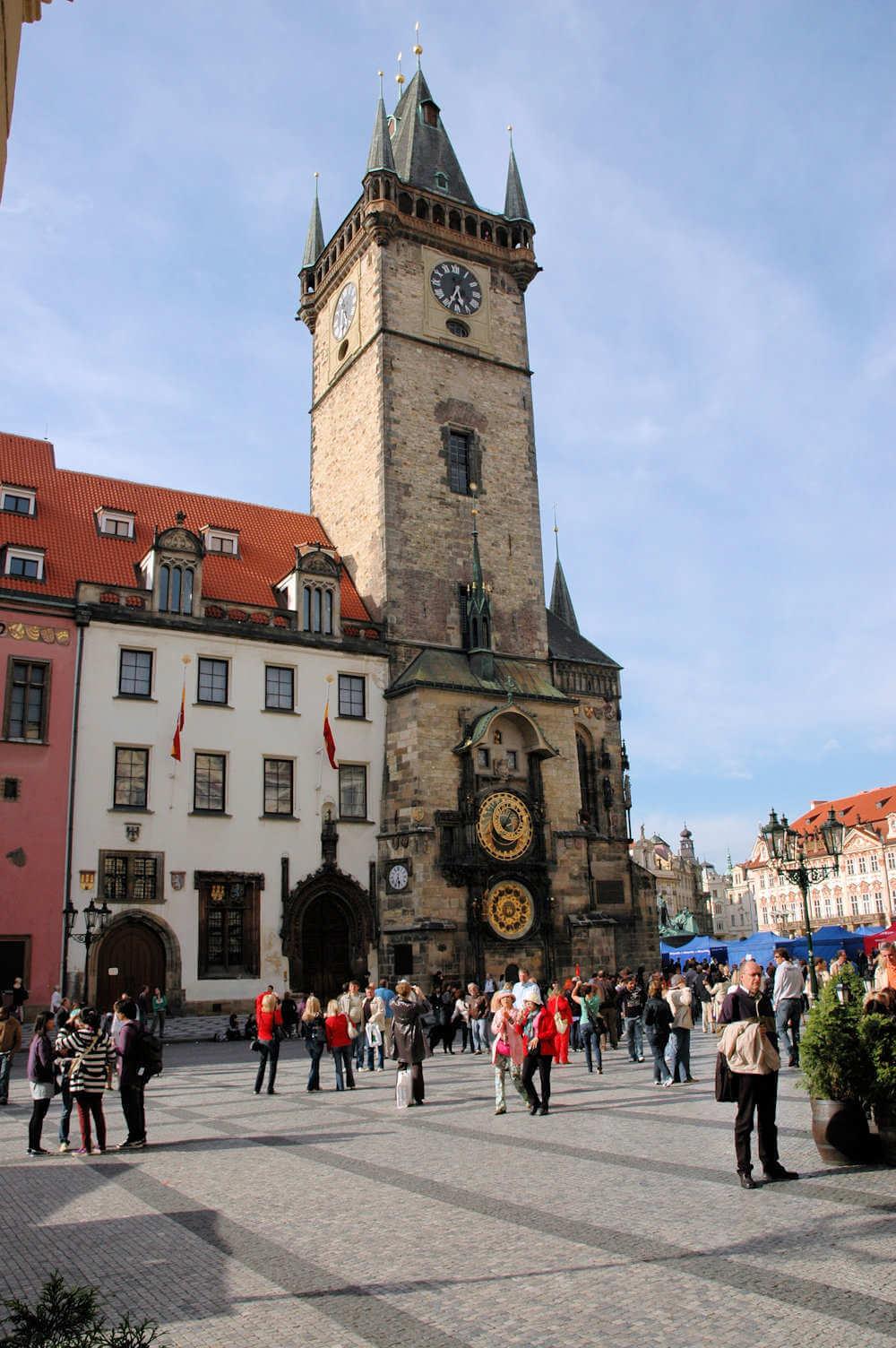 Den astronomiske klokken henger på det gamle rådhuset - Foto: Gaute Nordvik