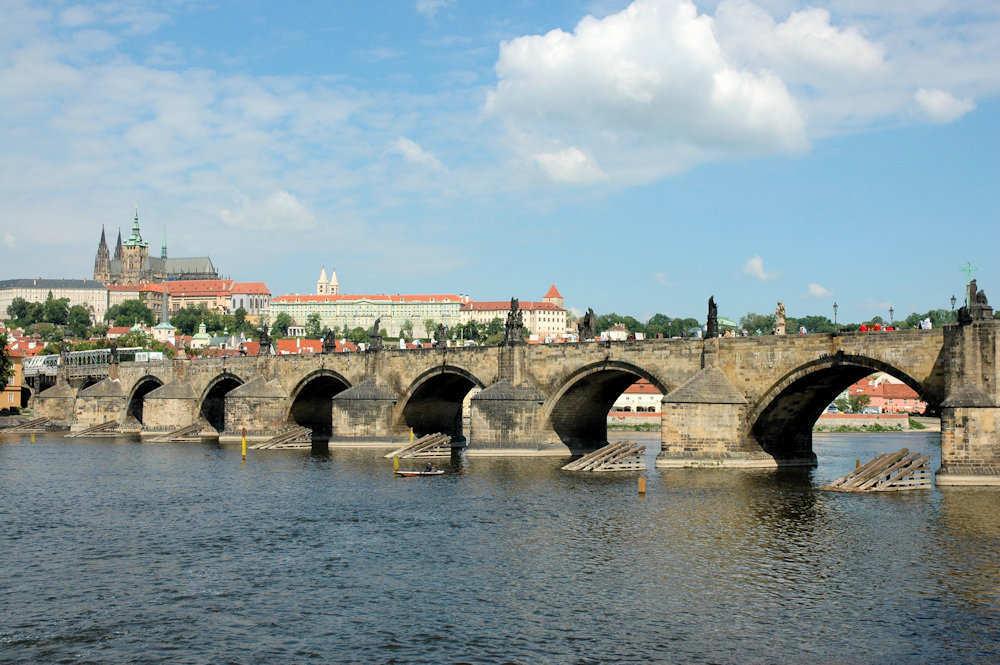 Karlsbroen med St. Vitus-katedralen til venstre - Foto: Gaute Nordvik