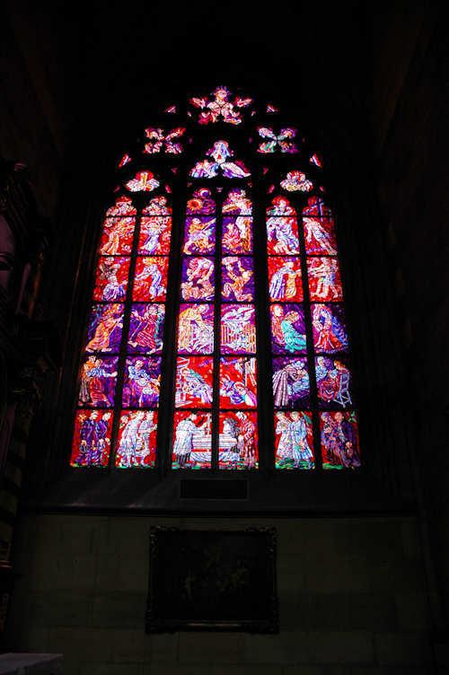 Ett av de mange malte glassvinduene i St. Vitus-katedralen i Praha. - Foto: Gaute Nordvik